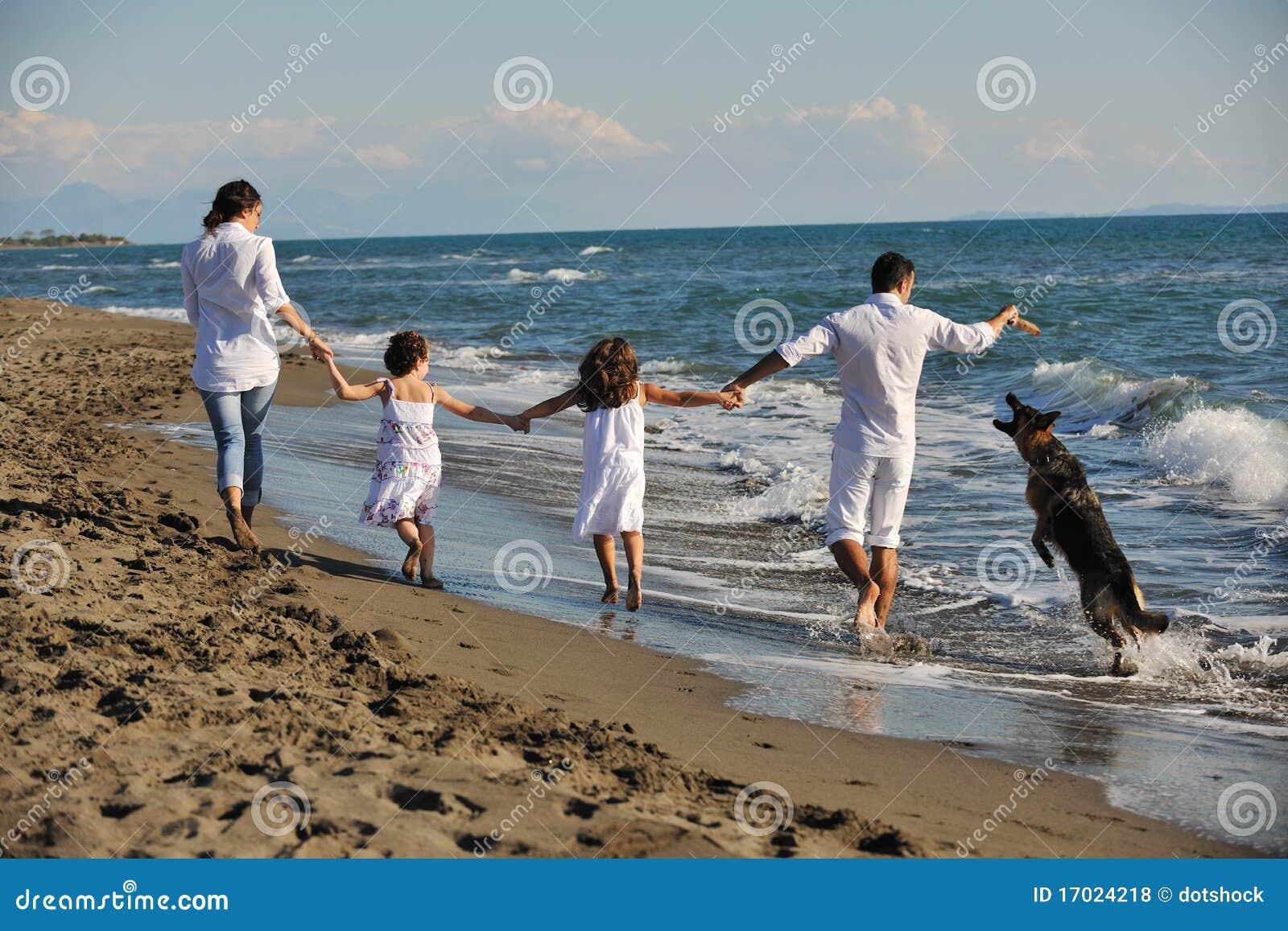 Gl Ckliche Familie Die Mit Hund Auf Strand Spielt Lizenzfreie Stockfotos Bild 17024218