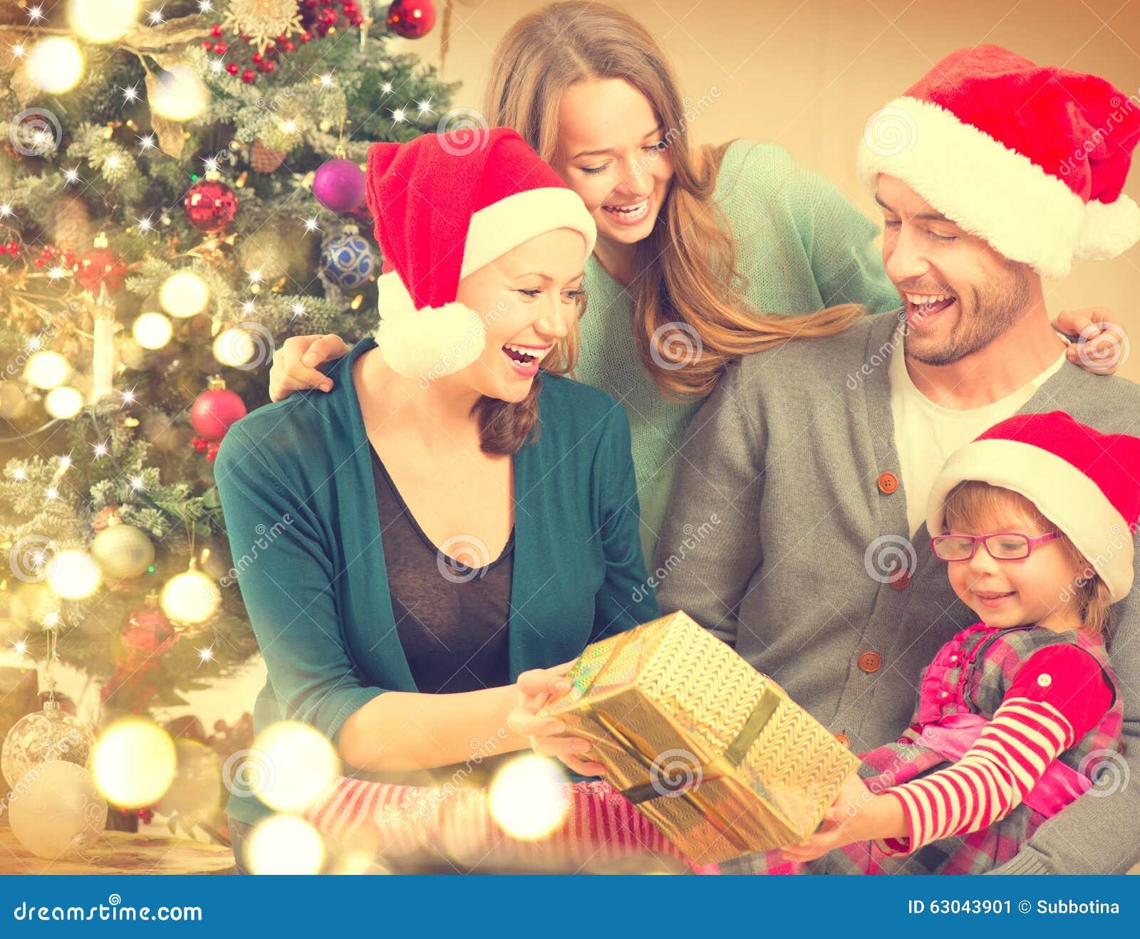 gl ckliche familie zu hause die weihnachten feiert. Black Bedroom Furniture Sets. Home Design Ideas