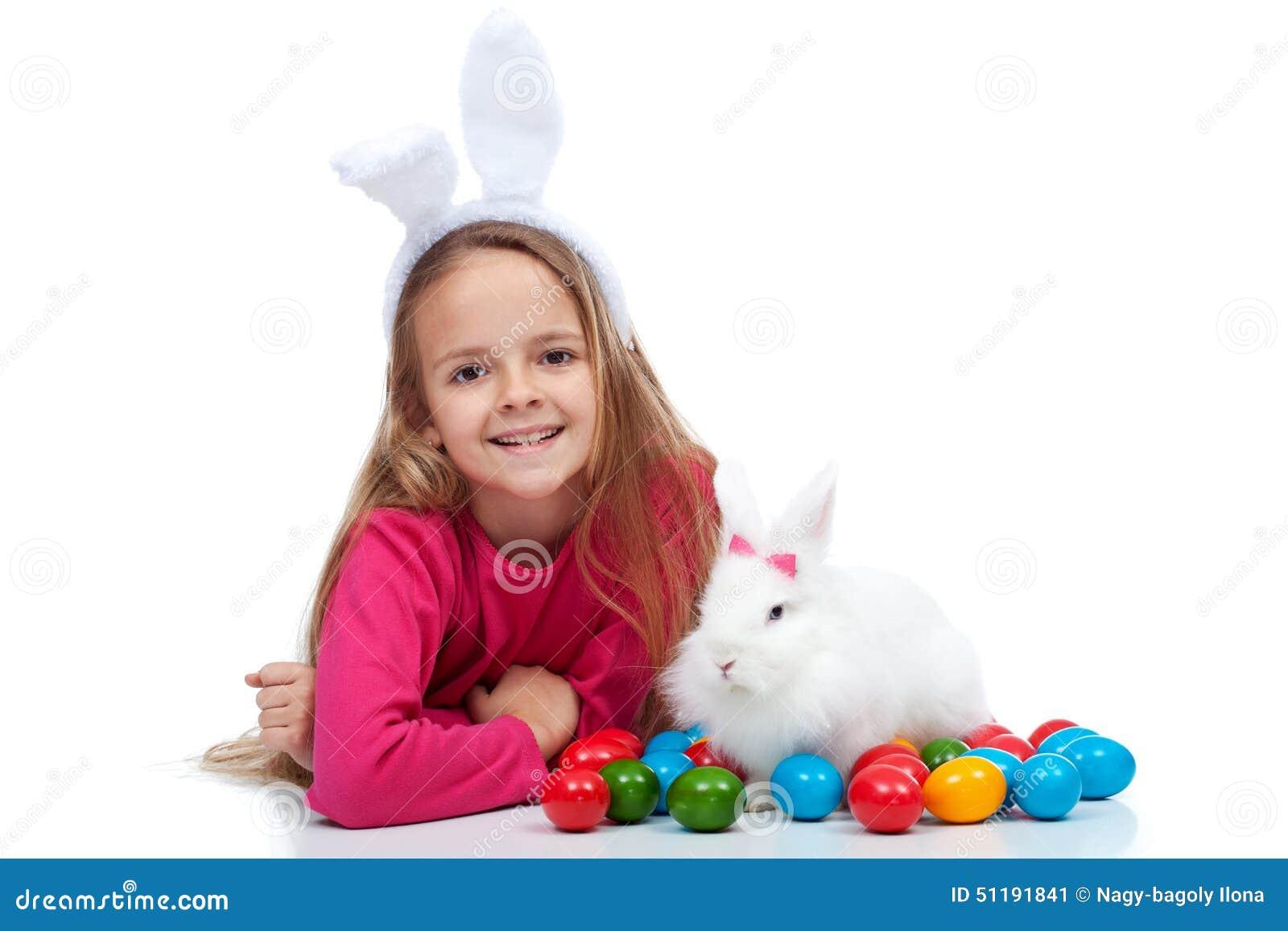 gl ckliches m dchen mit ihrem ostern kaninchen stockfoto bild 51191841. Black Bedroom Furniture Sets. Home Design Ideas