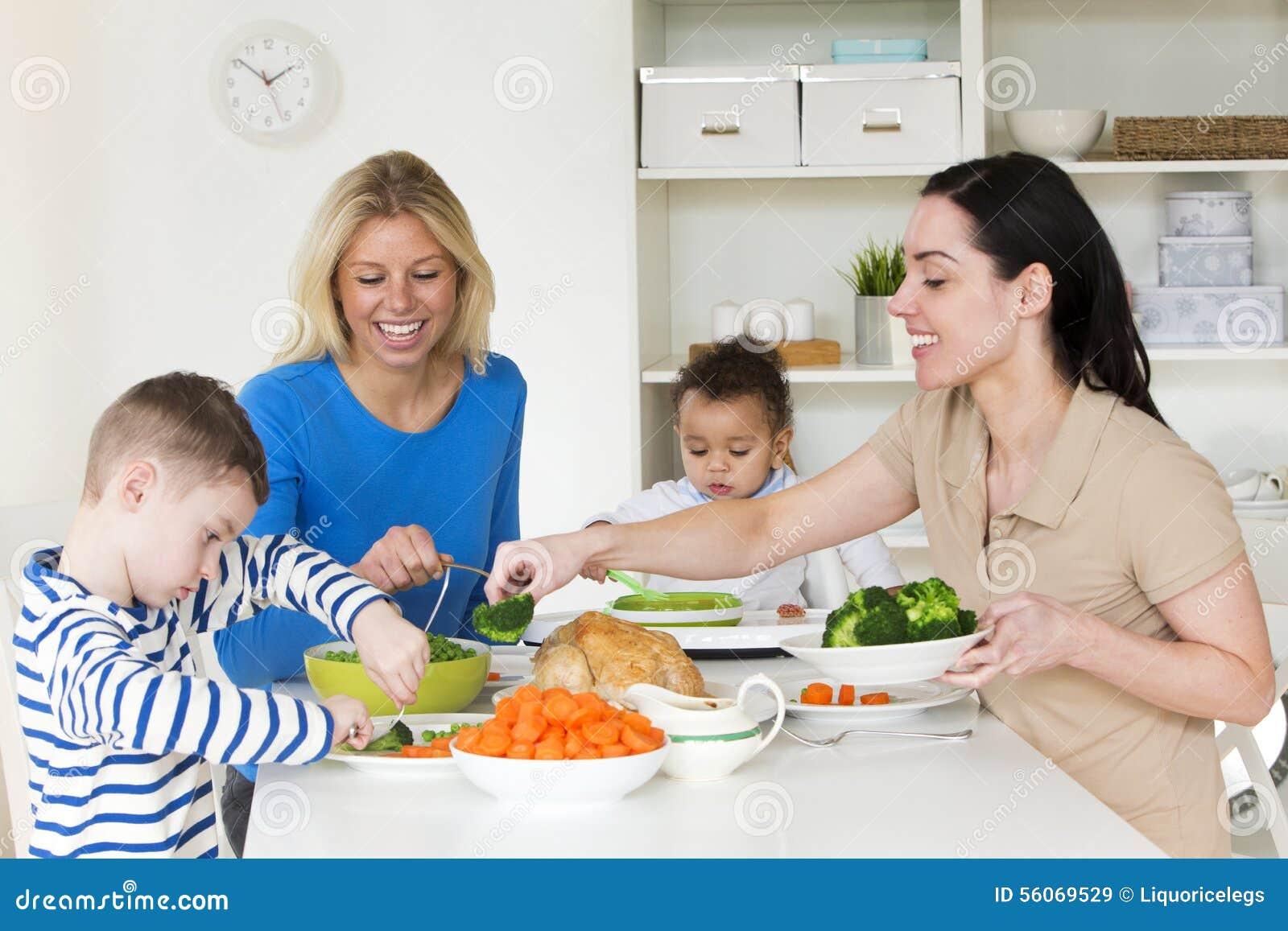 Gleichgeschlechtliche Eltern, die mit Kindern zu Abend essen