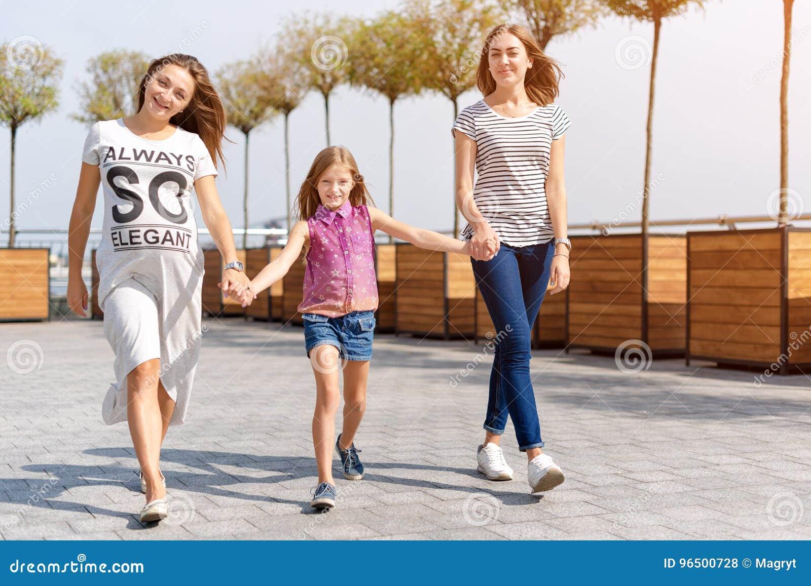 Gleichgeschlechtliche Lesbische Familie Mit Kind Auf Einem Weg Im ...