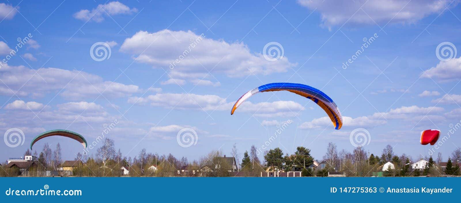 Gleitschirm fliegt gegen den Hintergrund von Feldern, Land Ansicht von oben paragliding