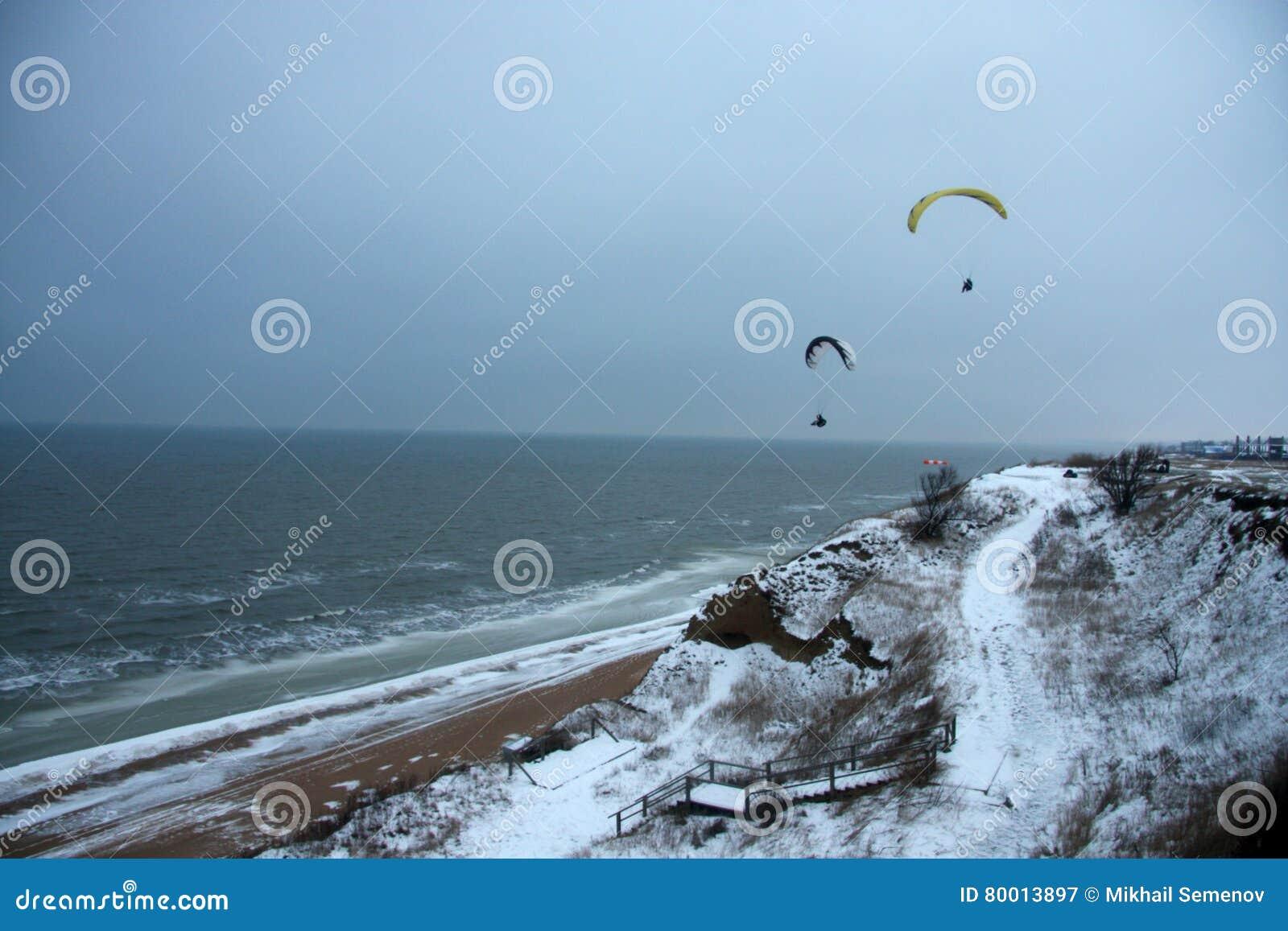 Gleitschirme über dem kalten Meer