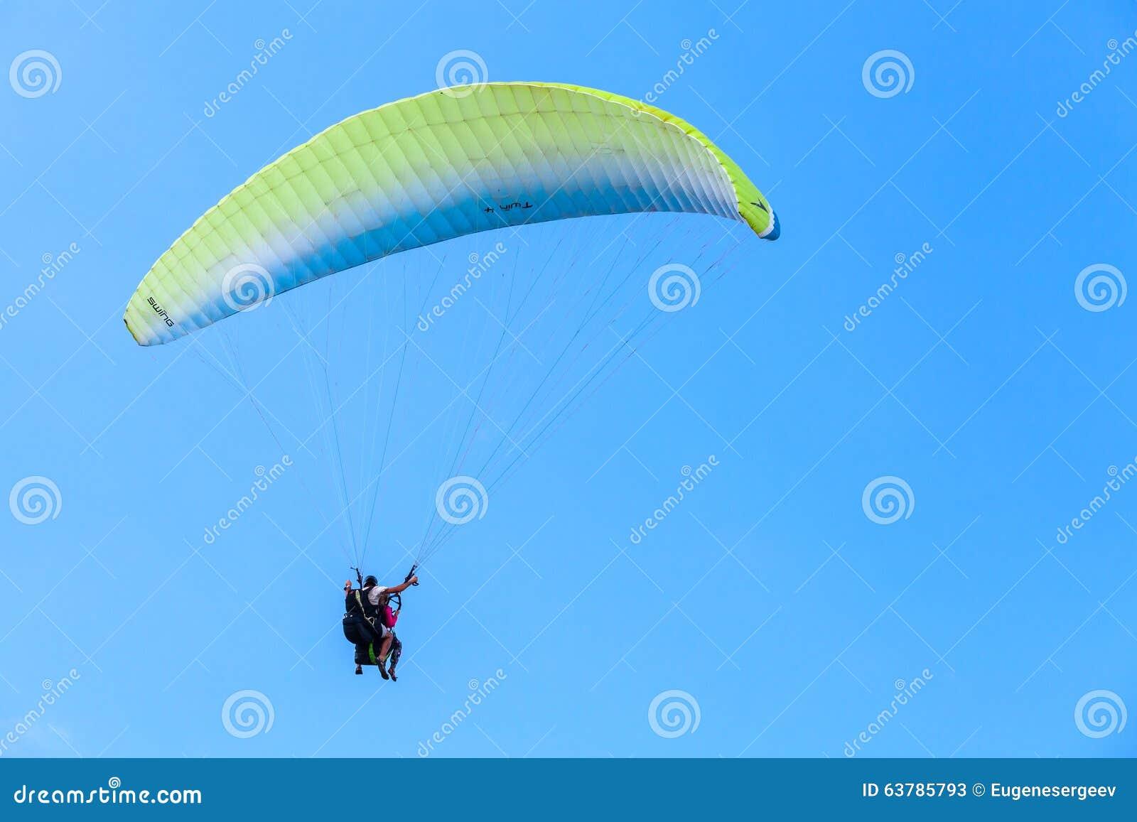 Gleitschirmfliegen im blauen Himmel, im Lehrer und im Anfänger