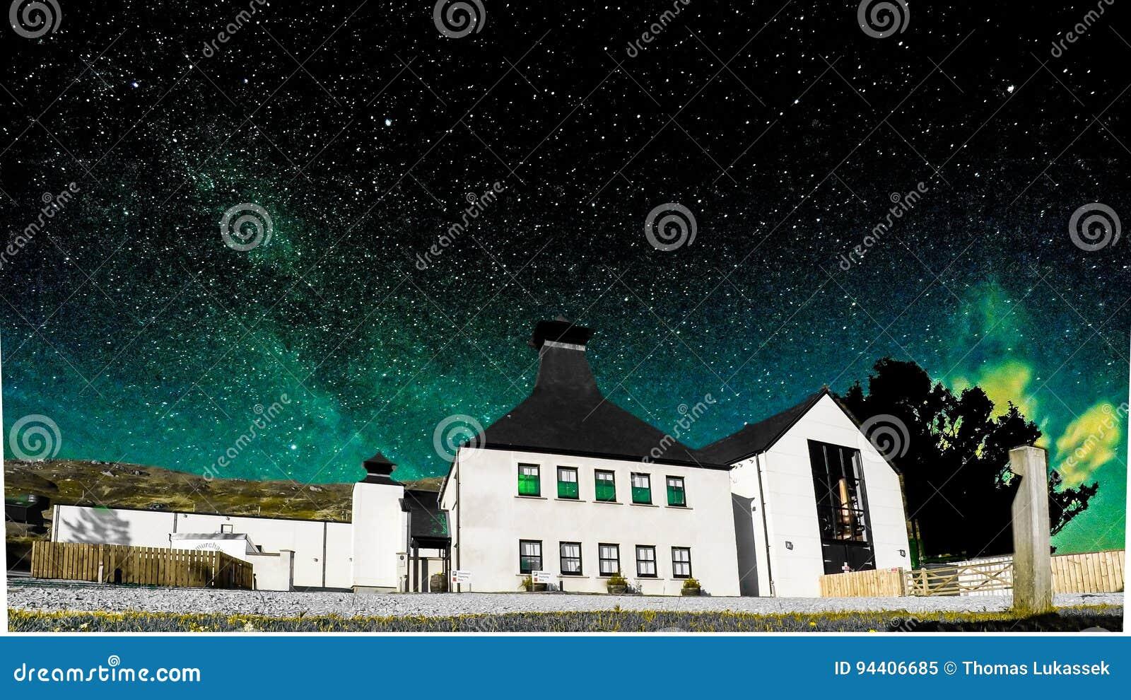 Glenbeg Ardnamurchan Skottland - Maj 26 2017: Den Ardnamurchan spritfabriken producerar whisky efter 2014 och faktiskt