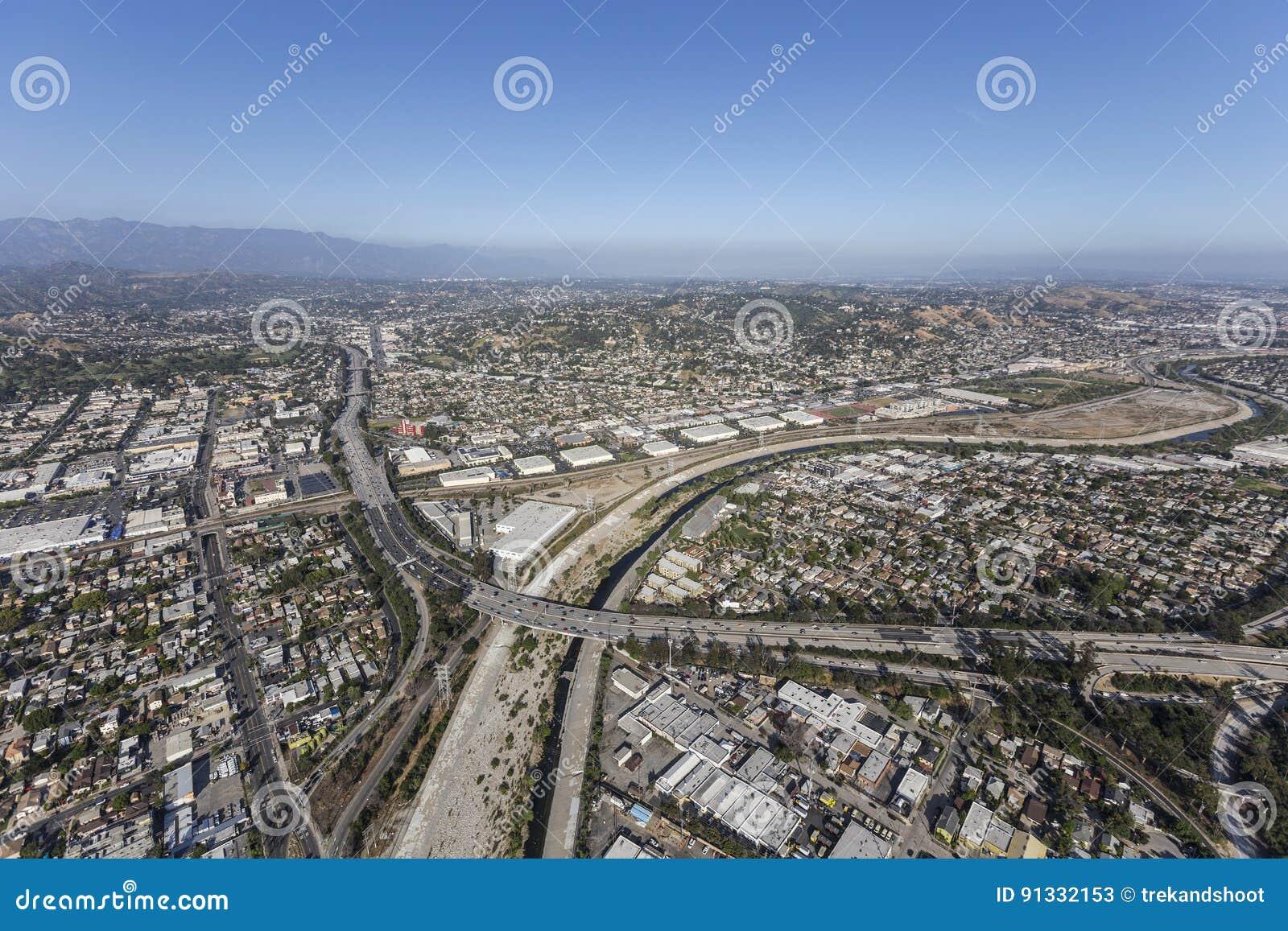 Glendale-Autobahn in dem Los Angeles-Fluss