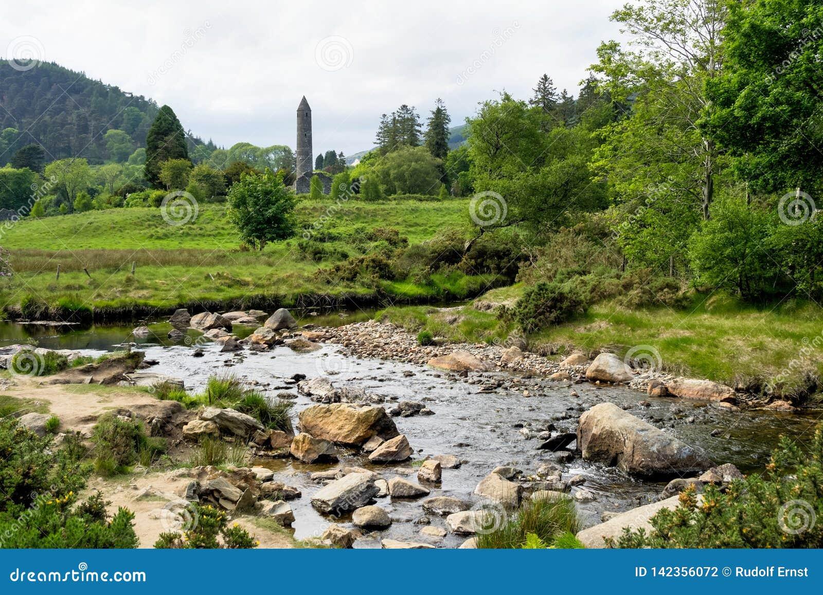 Glendalough é uma vila com um monastério no condado Wicklow, Irlanda