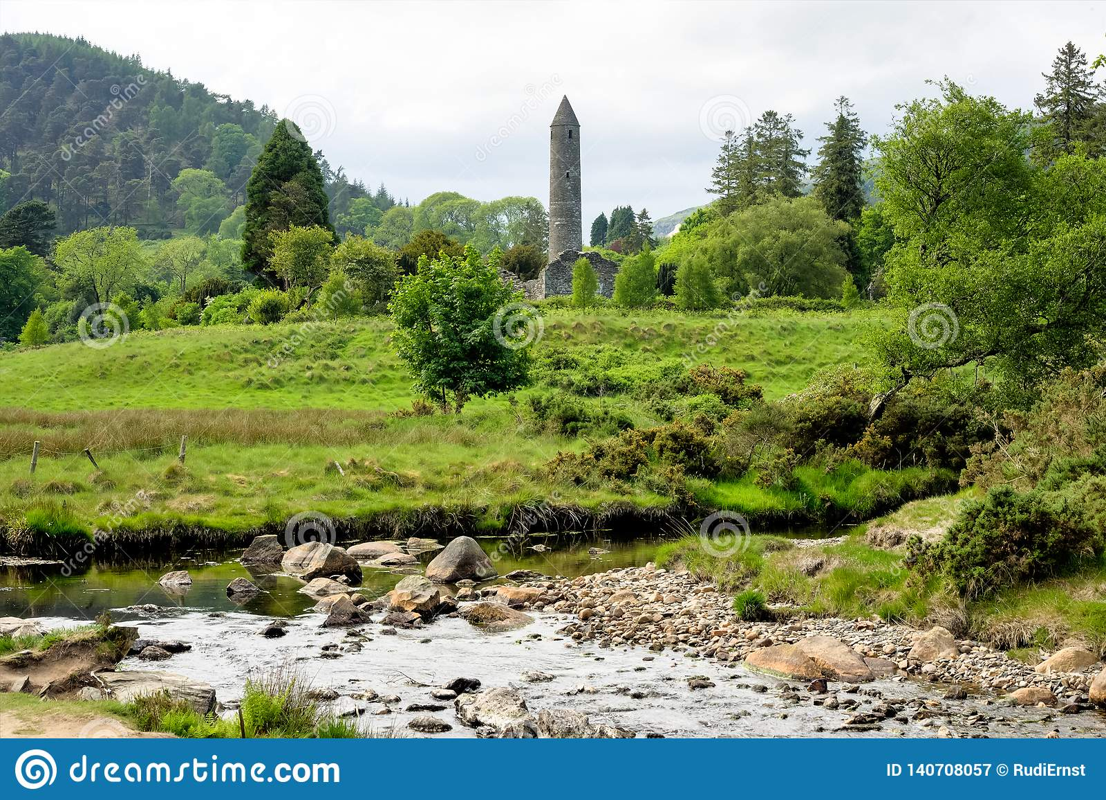 Glendalough is een dorp met een klooster in Provincie Wicklow, Ierland