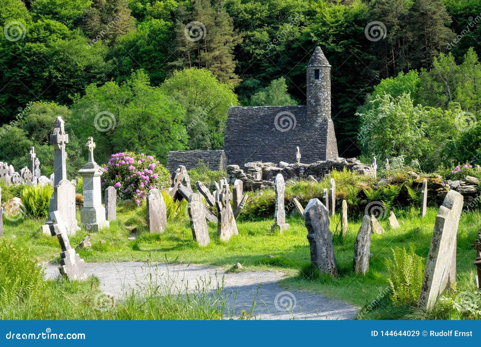 Glendalough jest wiosk? z monasterem w okr?gu administracyjnym Wicklow, Irlandia