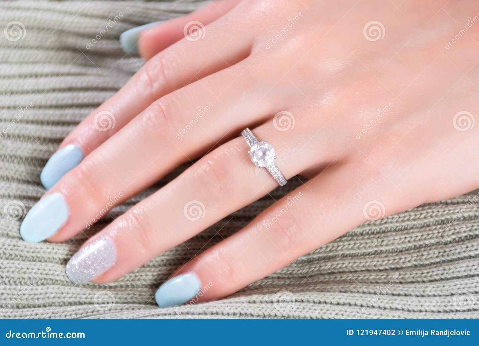 rivenditore all'ingrosso dfc62 e12a5 Gli Anelli Di Fidanzamento Di Nozze Di Diamanti Sul Dito ...