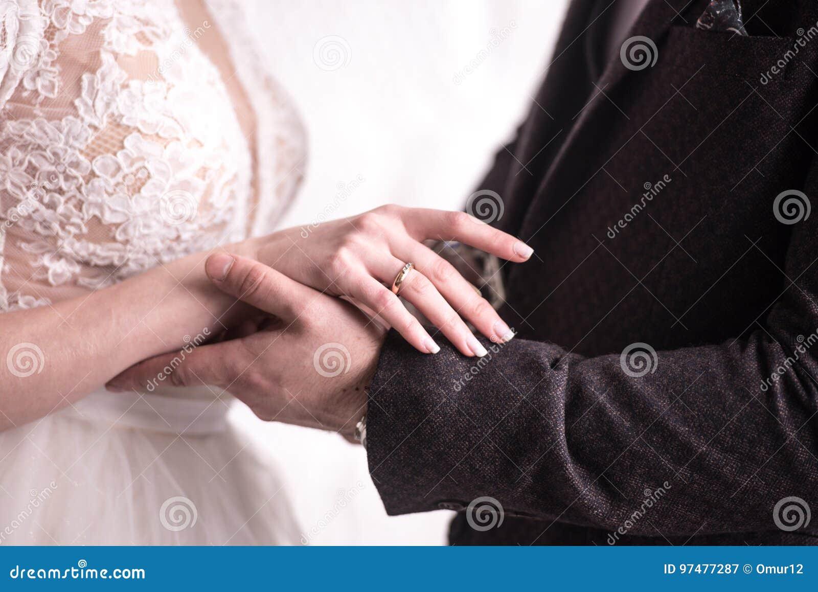 Gli anelli di scambio delle persone appena sposate, hanno messo l anello sul dito