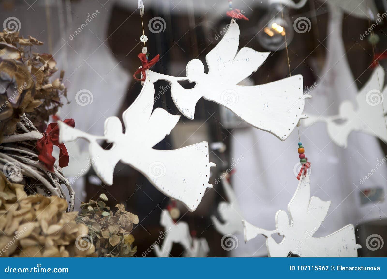 Gli Angeli Di Carta Suonano La Tromba Nei Tubi Figure Di Carta Come