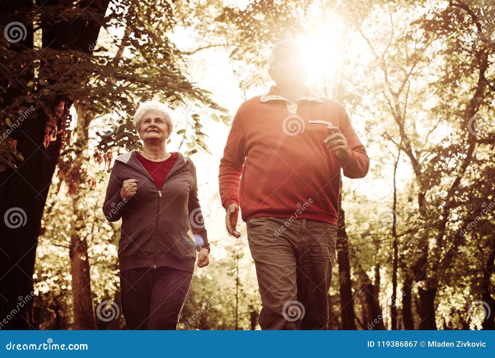 Gli anziani coppia pareggiare insieme nel parco