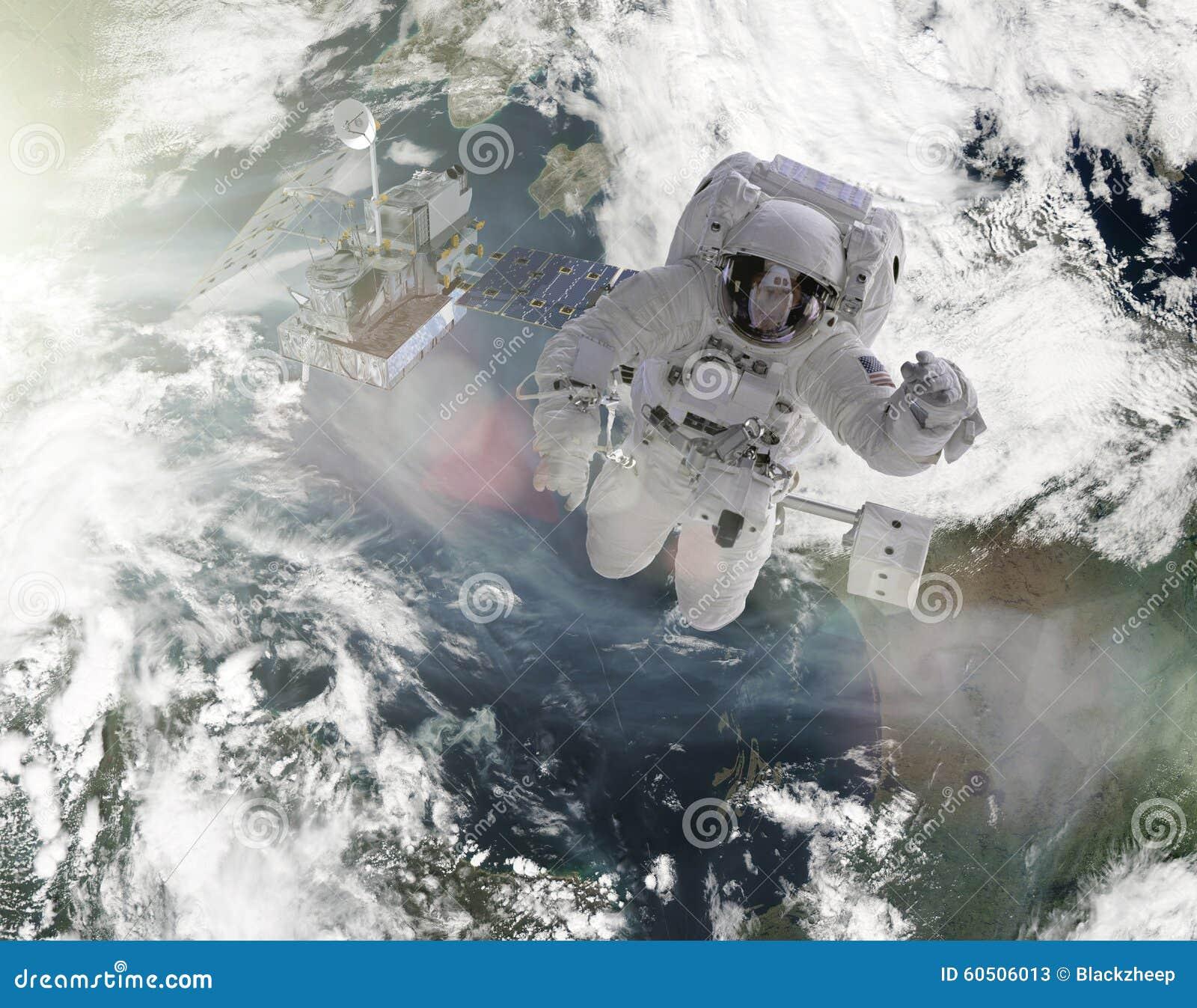 Gli astronauti lavorano agli elementi satelliti di questa immagine ammobiliati dalla NASA