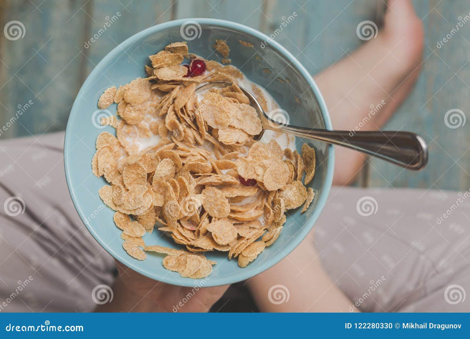 Gli azzurri della tenuta della donna hanno colorato la ciotola di fiocchi di mais saporiti del cereale