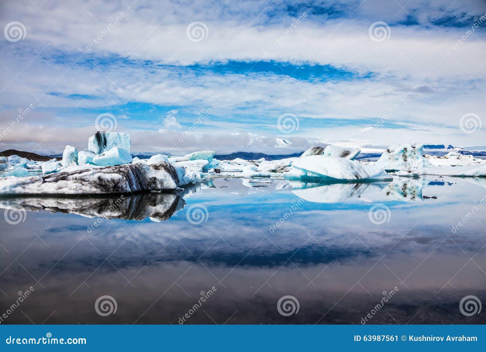 Gli iceberg sono riflessi in acqua rispecchiata delloceano immagine