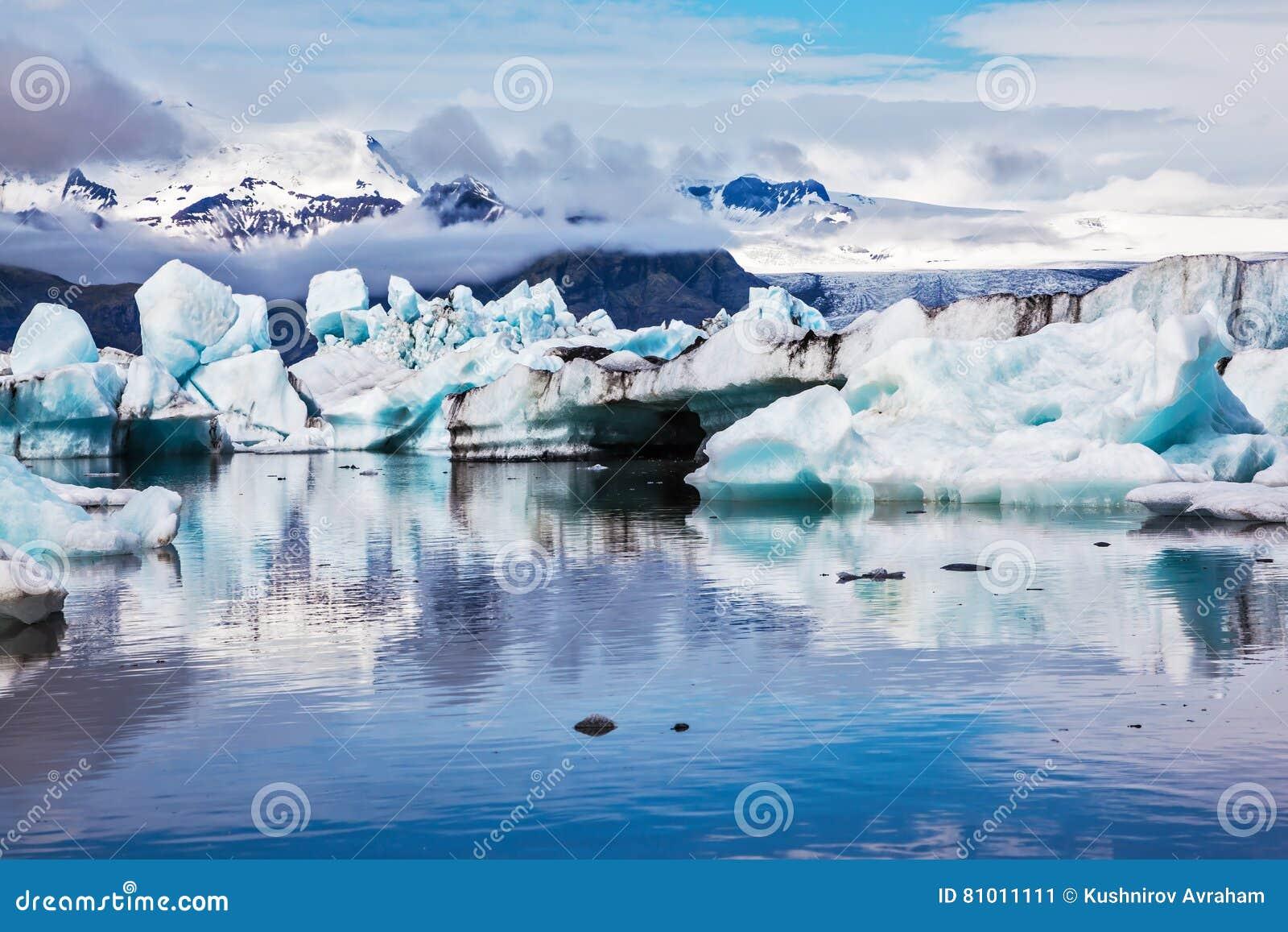 Gli iceberg sono riflessi nellacqua rispecchiata immagine stock