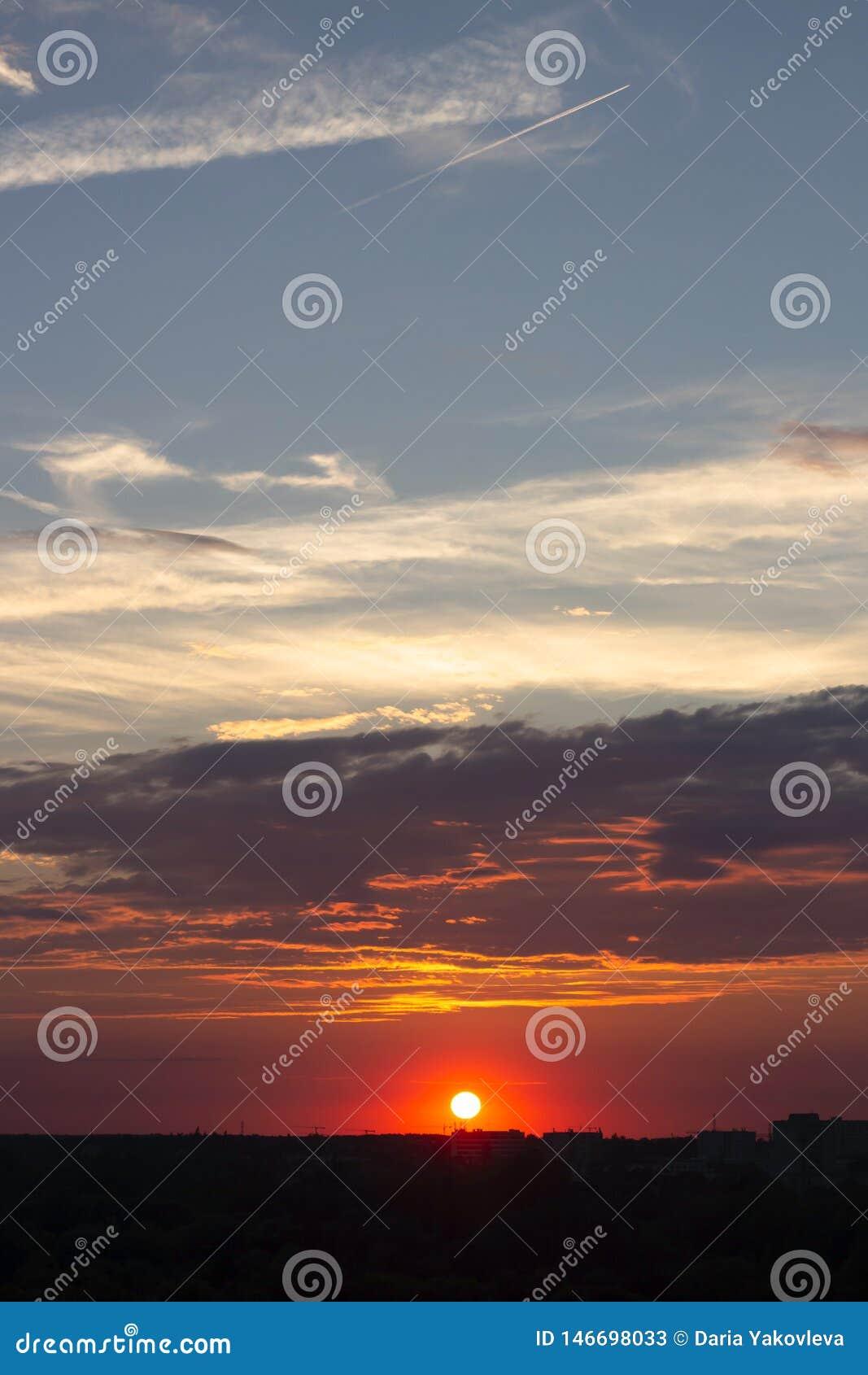 Gli insiemi rosa del sole sopra l orizzonte della citt?