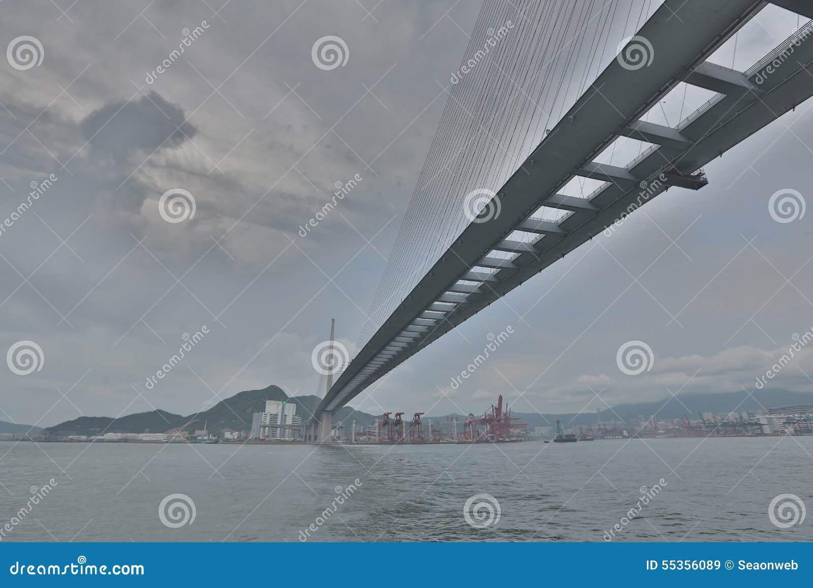 Gli scalpellini gettano un ponte su e la strada principale di sha di Tsing