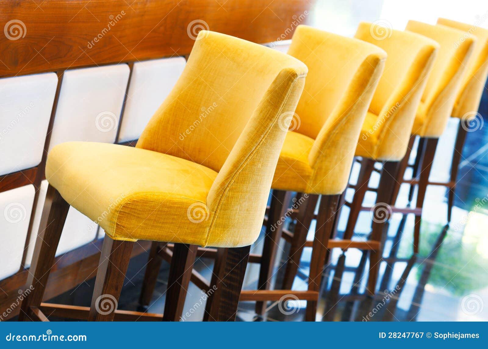 Gli sgabelli da bar gialli caldi immagine stock immagine di
