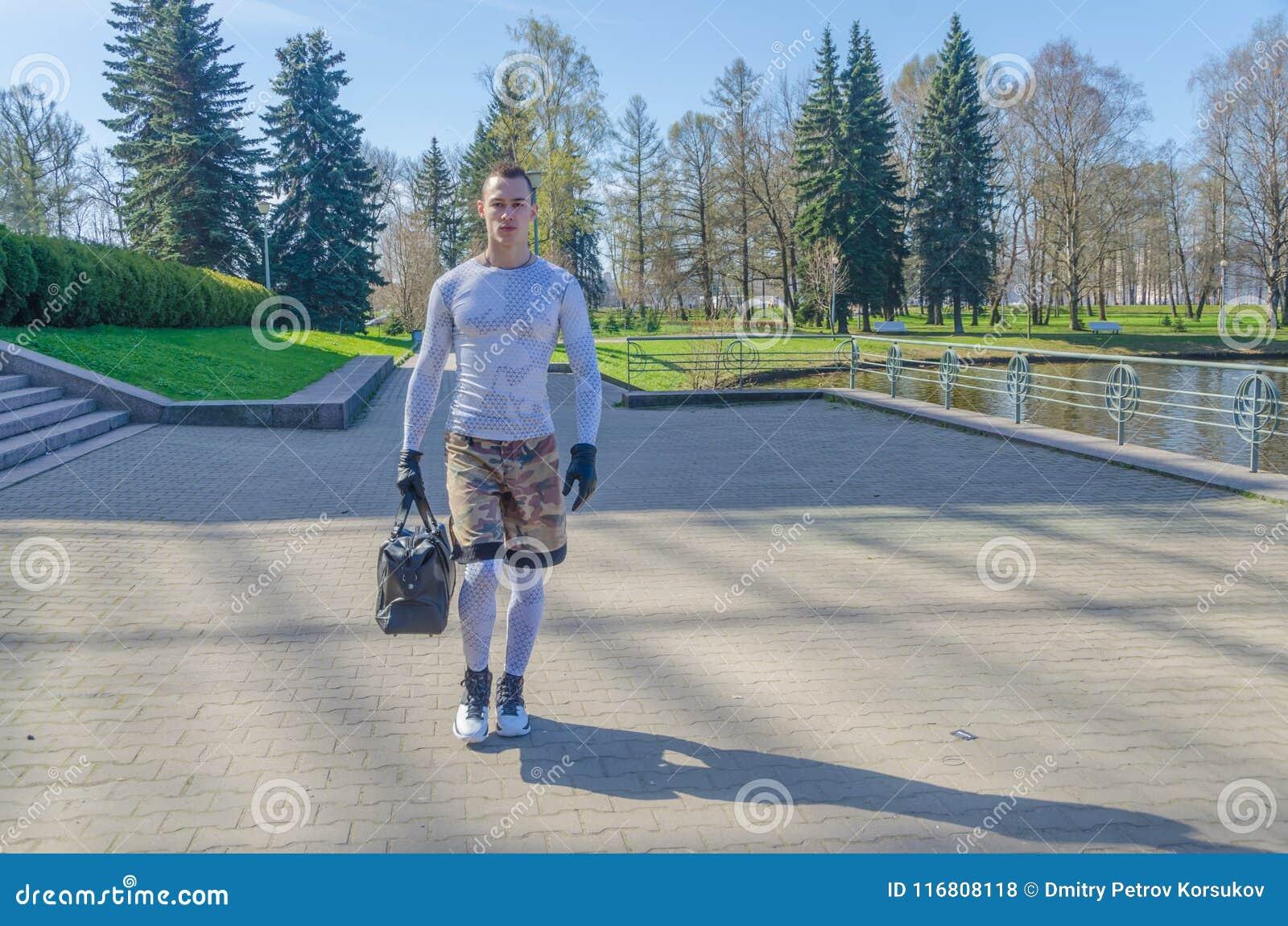 Gli sport equipaggiano in abiti sportivi nel parco