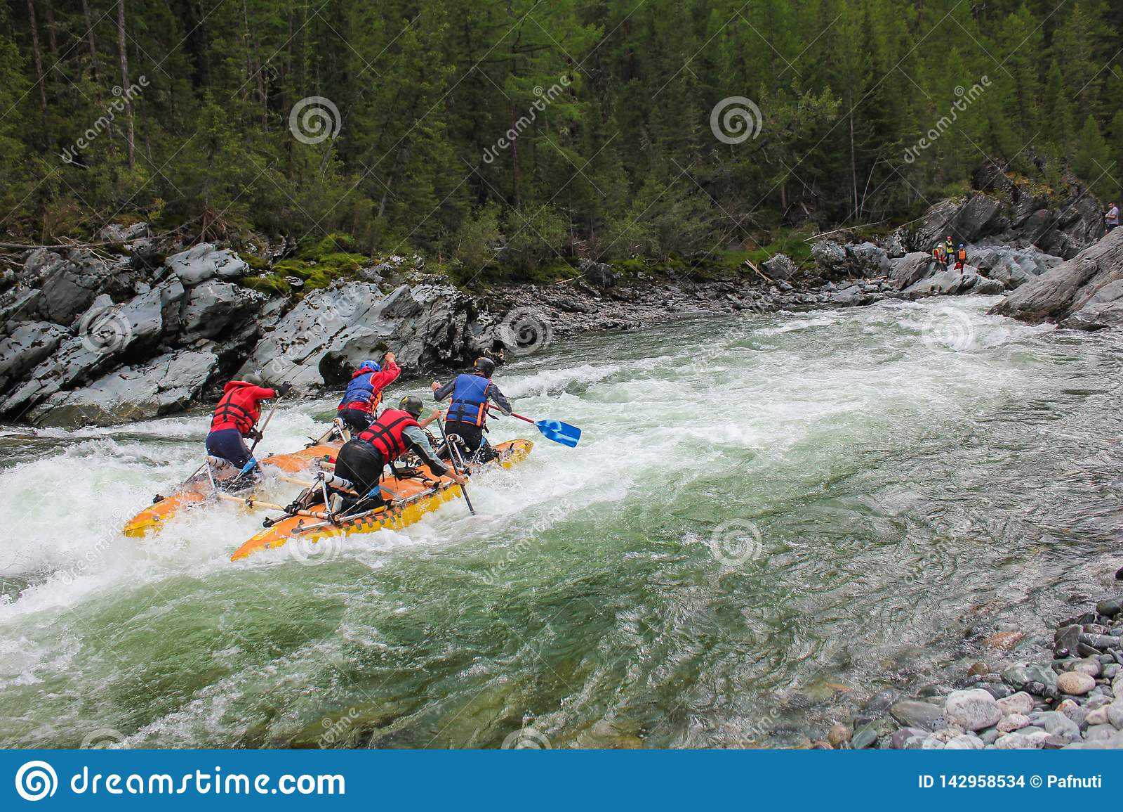 Gli sportivi estremi passano attraverso la rapida difficile della turbina su un catamarano