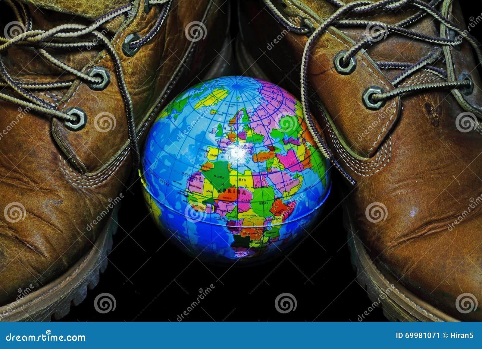 Gli Stivali E Un Piccolo Globo Rappresenta Il Viaggio Che Ha