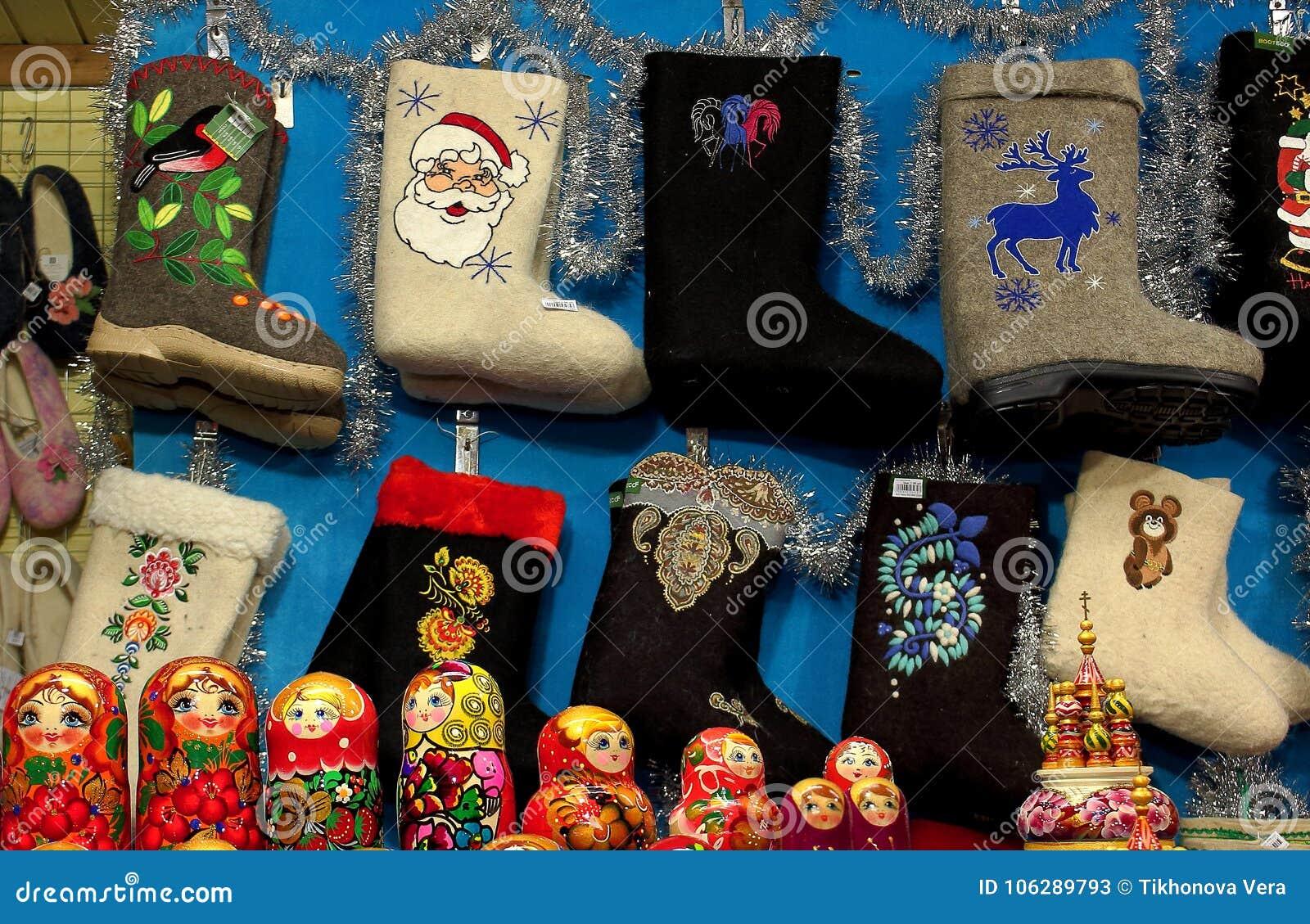 Gli stivali nazionali tradizionali del feltro del Russo sono venduti al ` s del nuovo anno giusto nel centro di Mosca sul quadrat