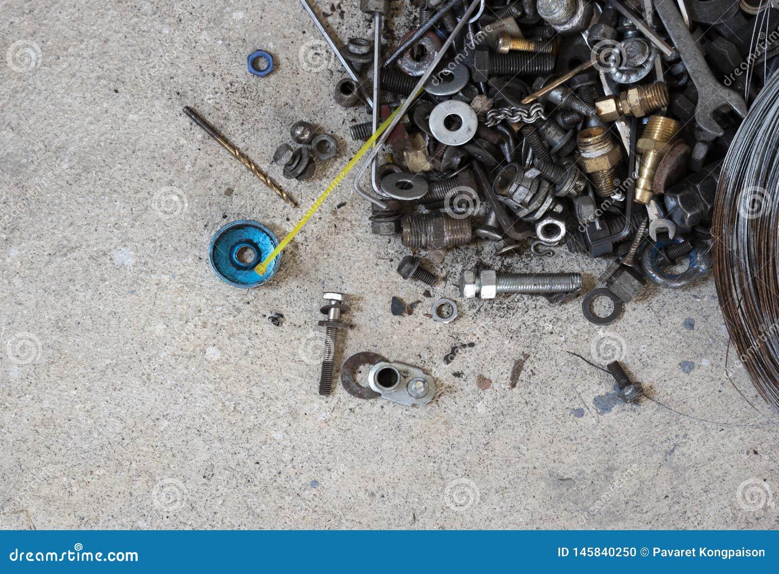 Gli strumenti raggruppano con le parti di riparazione su calcestruzzo