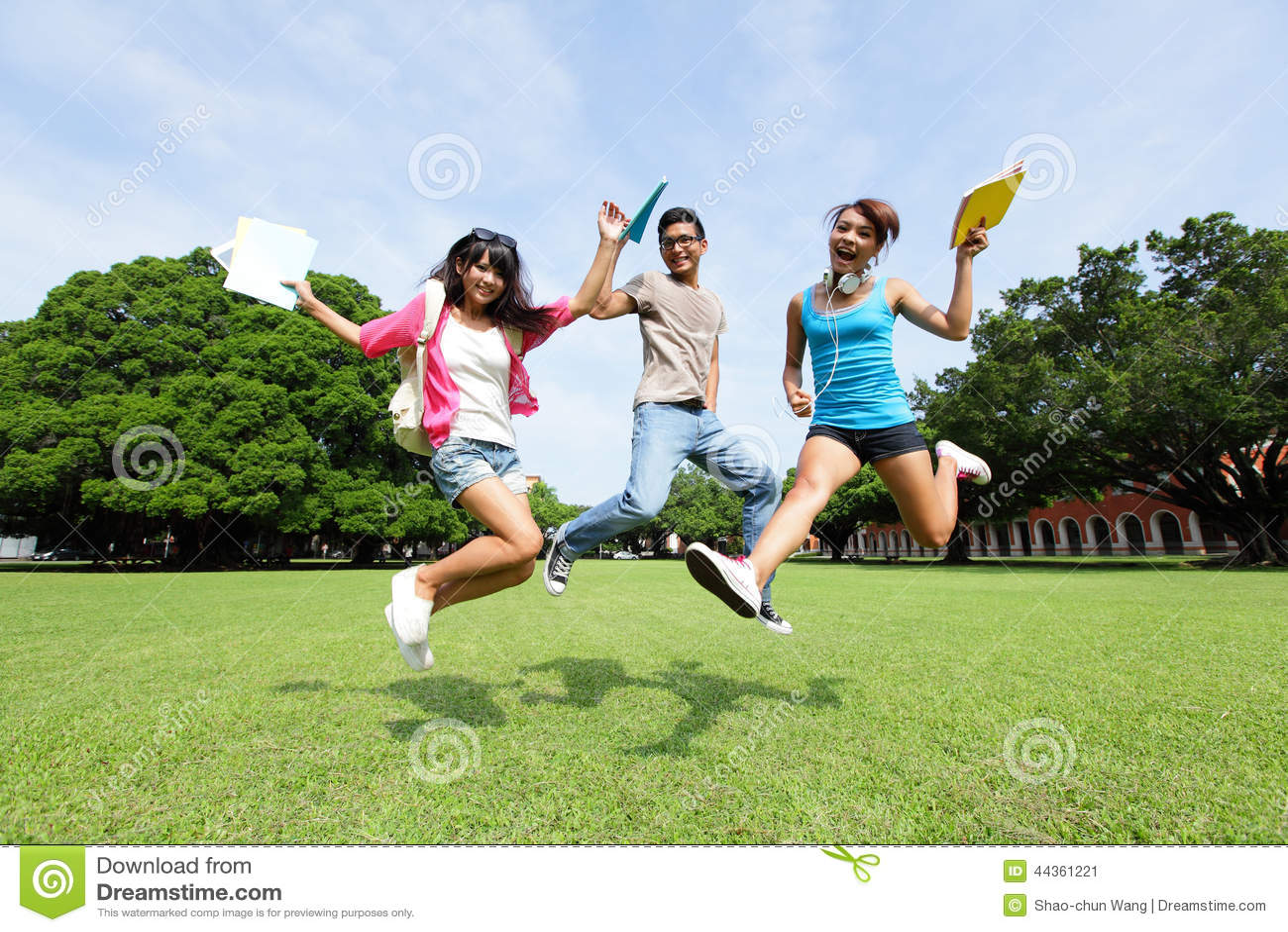 Gli studenti di college felici saltano