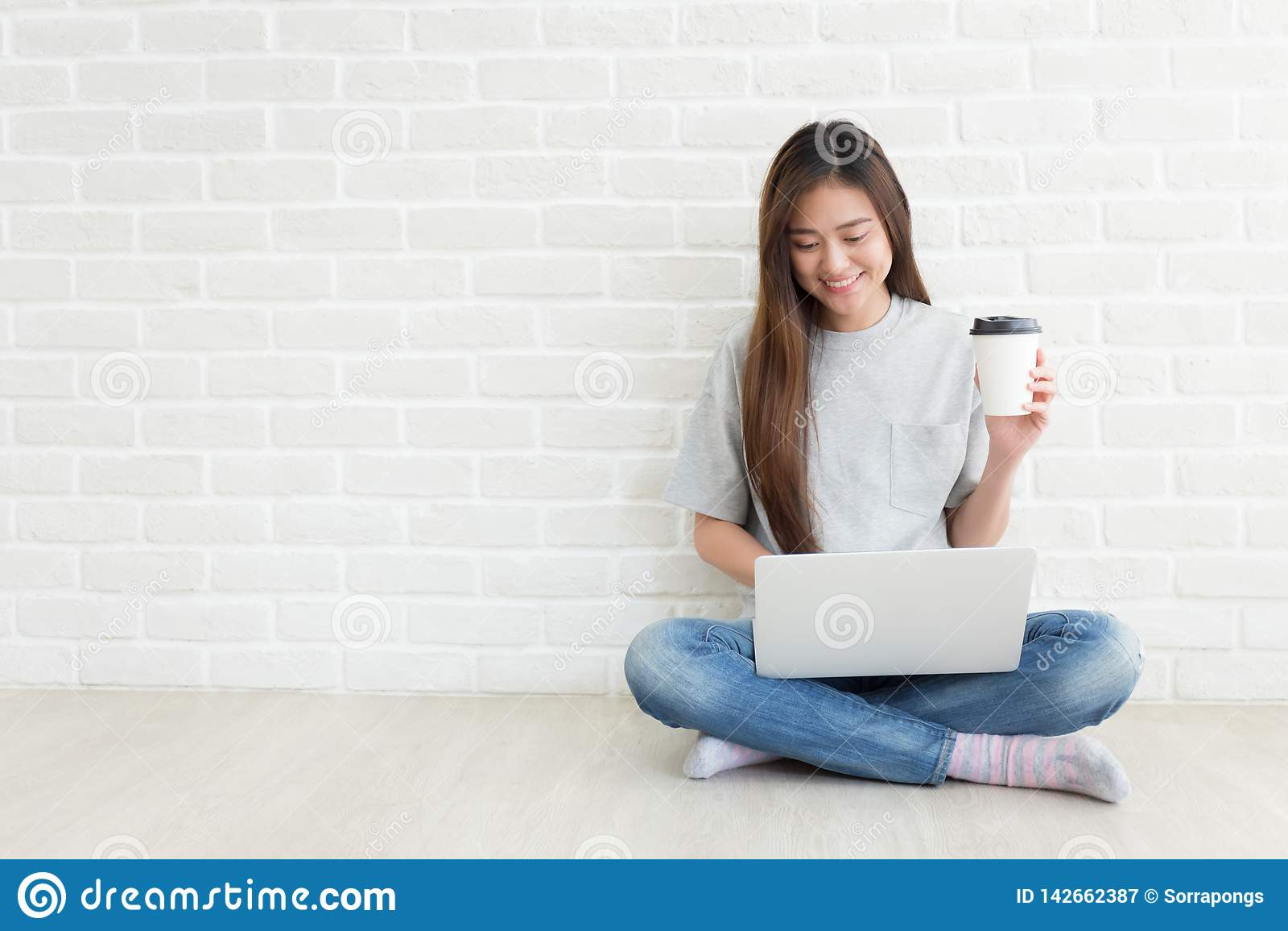Gli studenti universitari sono sorridenti e per mezzo dei computer portatili, concetto di autodidattica