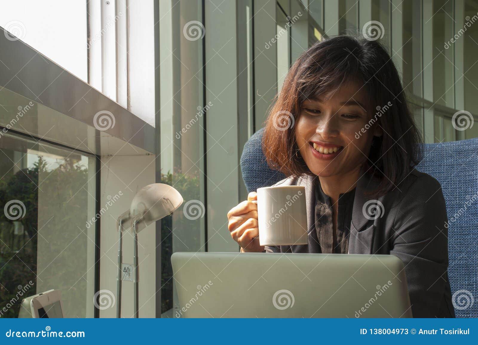 Gli uomini d affari sono sorridenti e beventi il caffè