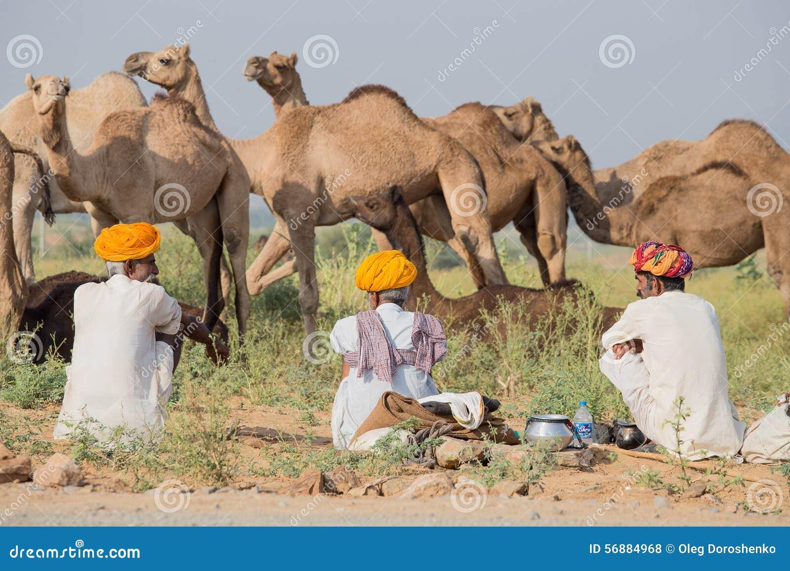 Gli uomini dell indiano tre hanno assistito al cammello annuale Mela di Pushkar