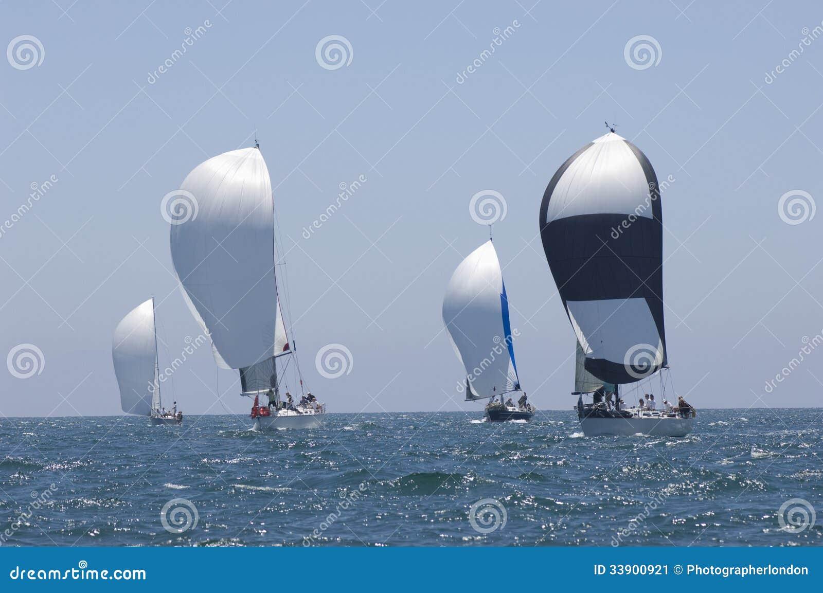 Gli yacht fanno concorrenza in Team Sailing Event