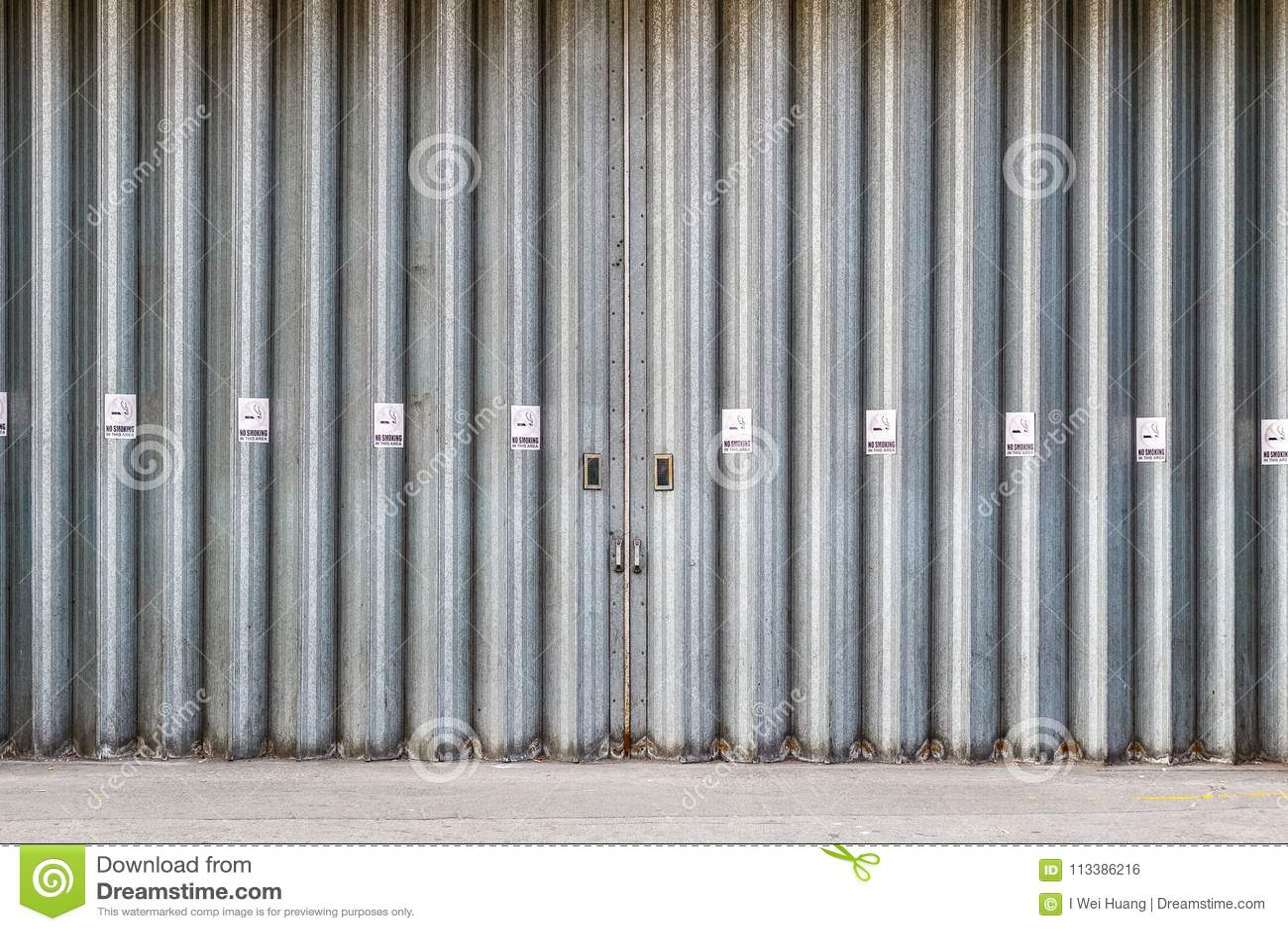 Glidande och vikande industriella dörrar med inget - röka undertecknar