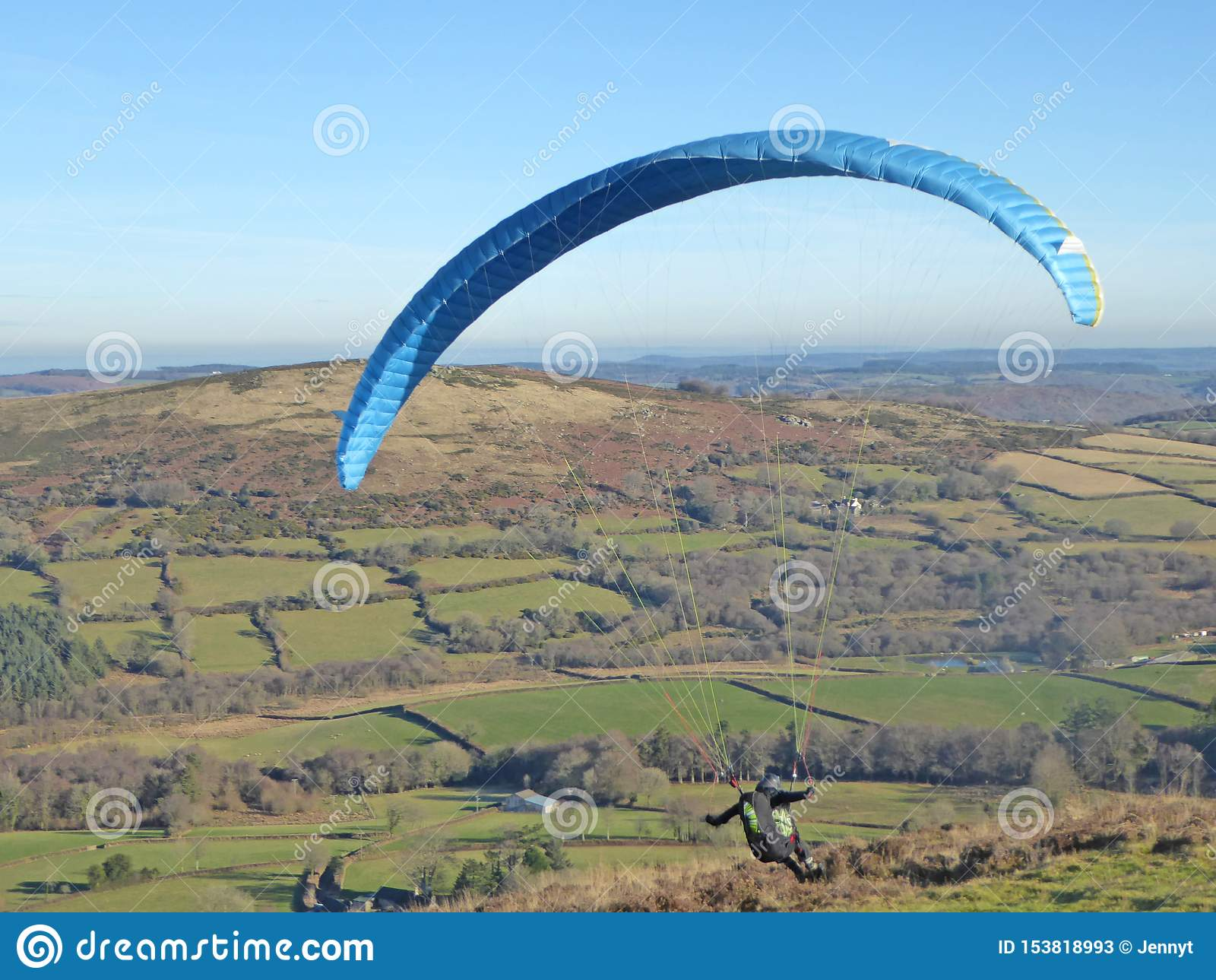 Glijscherm dat boven Dartmoor vliegt