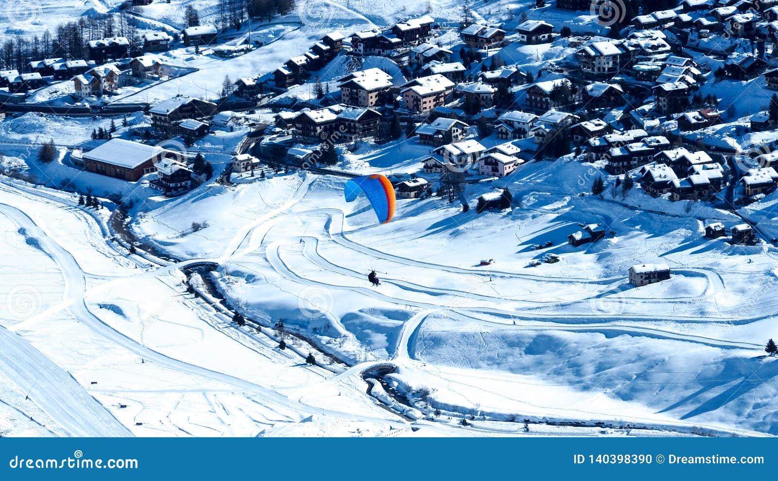 Glijscherm die boven de Livigno-skitoevlucht vliegen in Italië