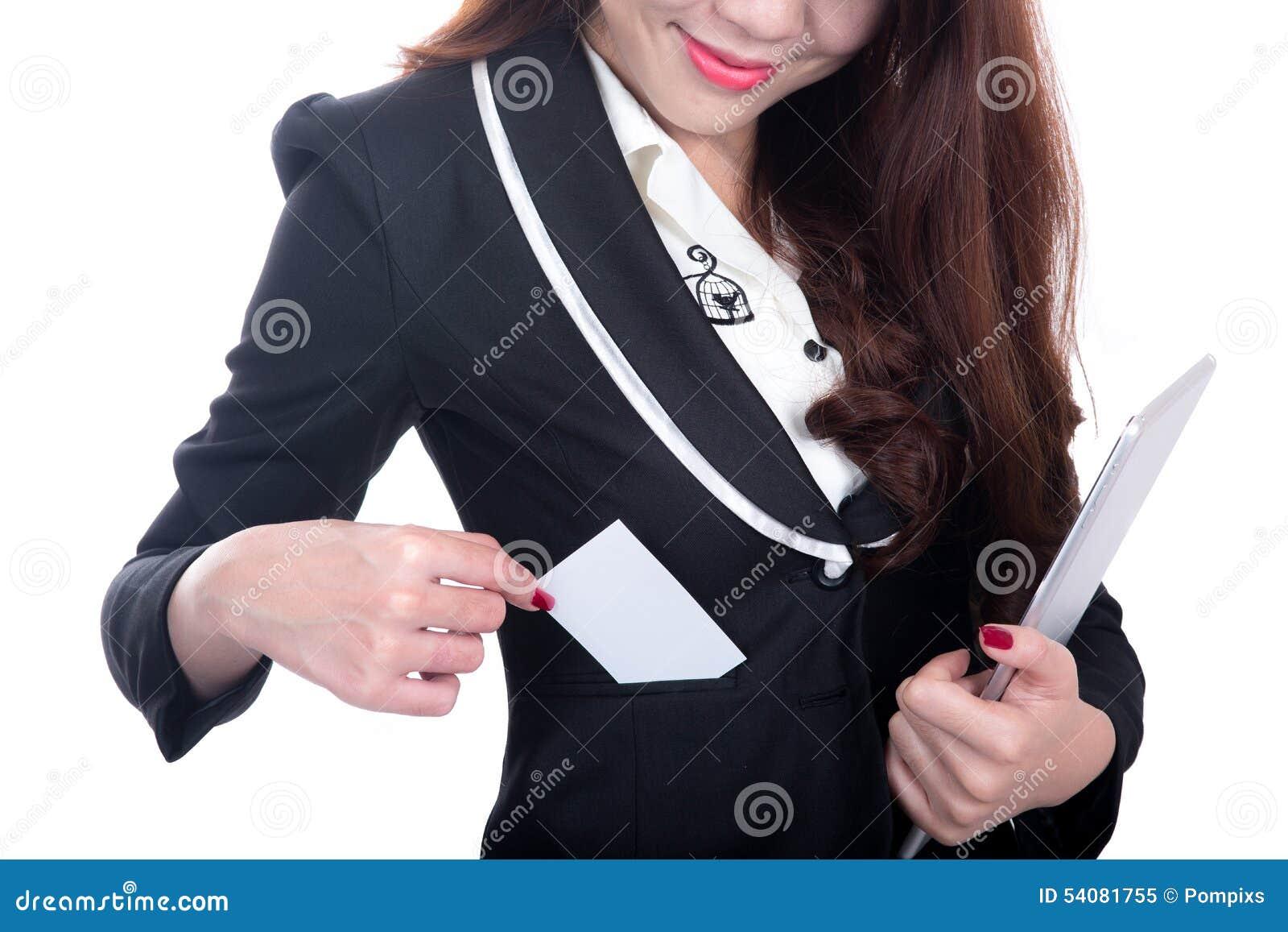 Glimlach de Bedrijfsvrouw toont de lege tablet van de de holdingscomputer van de naamkaart