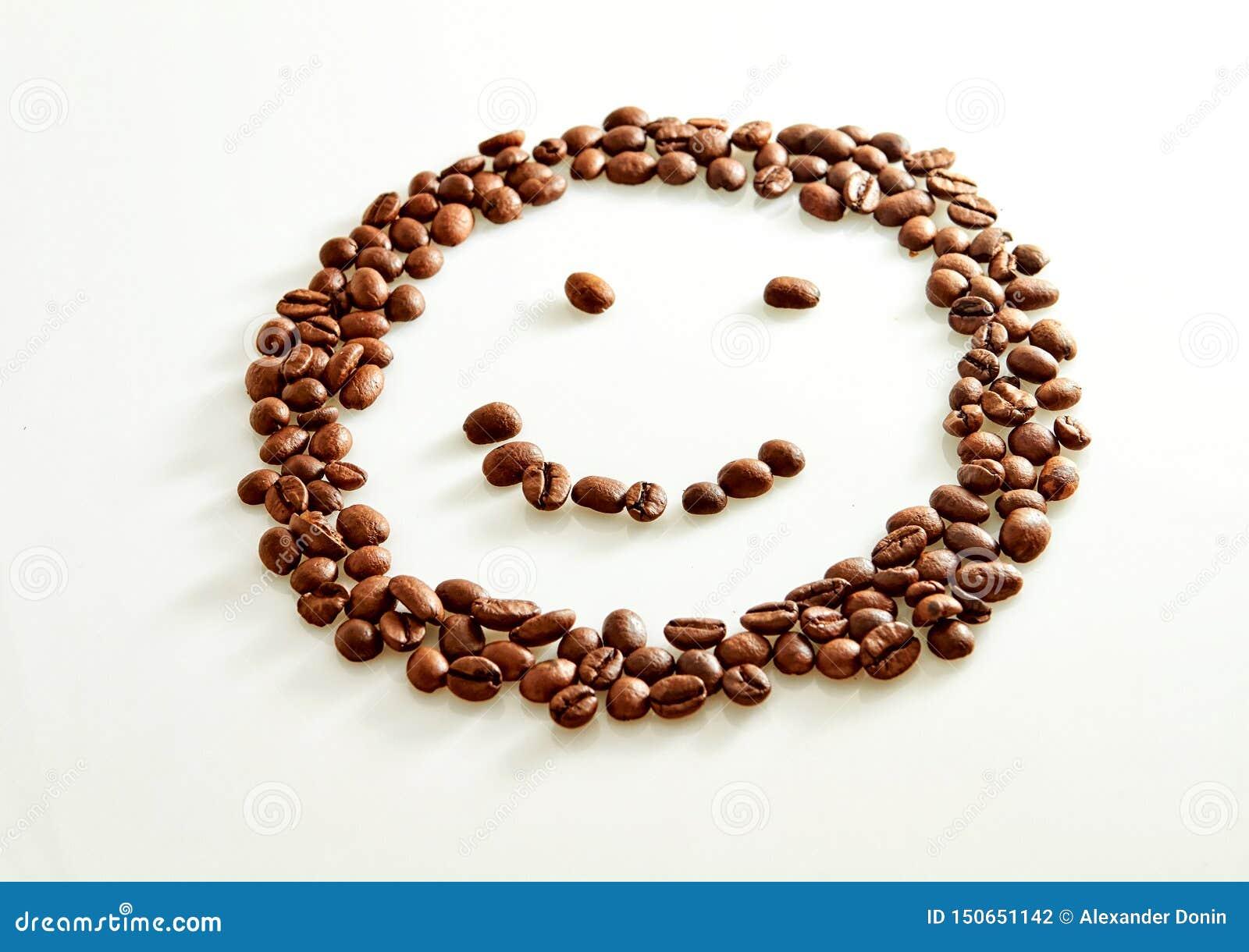 Glimlach gevormde die koffiebonen op wit worden geïsoleerd