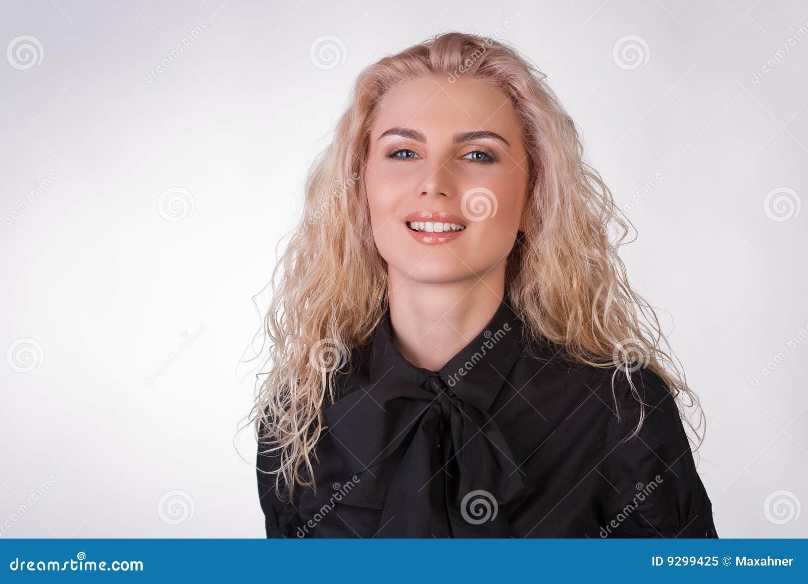 Glimlachend aardig jong meisje