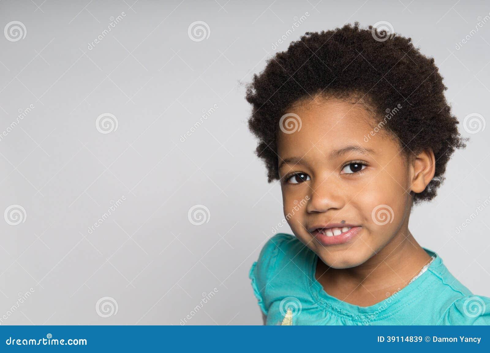Glimlachend Afrikaans-Amerikaans Meisje