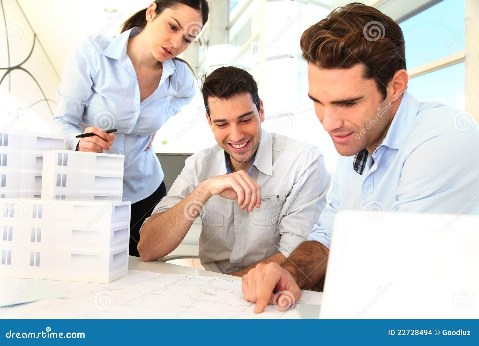 Glimlachend commercieel team