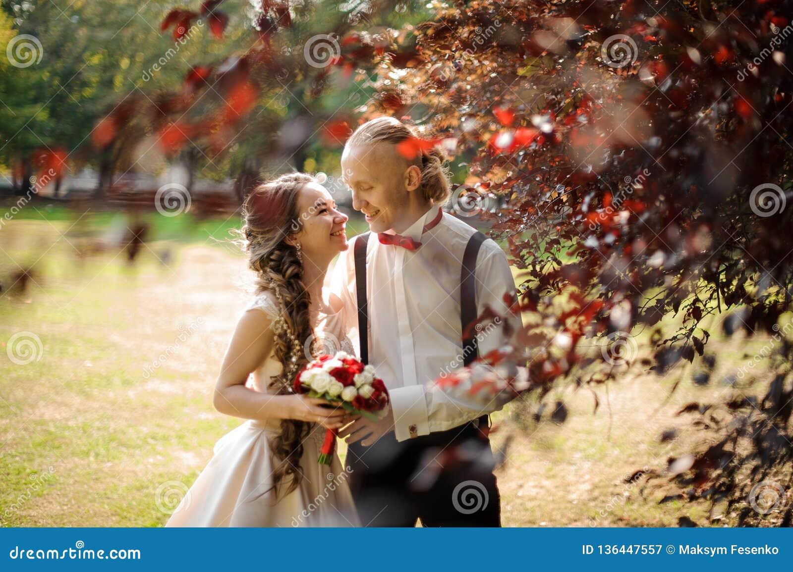 Glimlachend echtpaar die in een groen park lopen