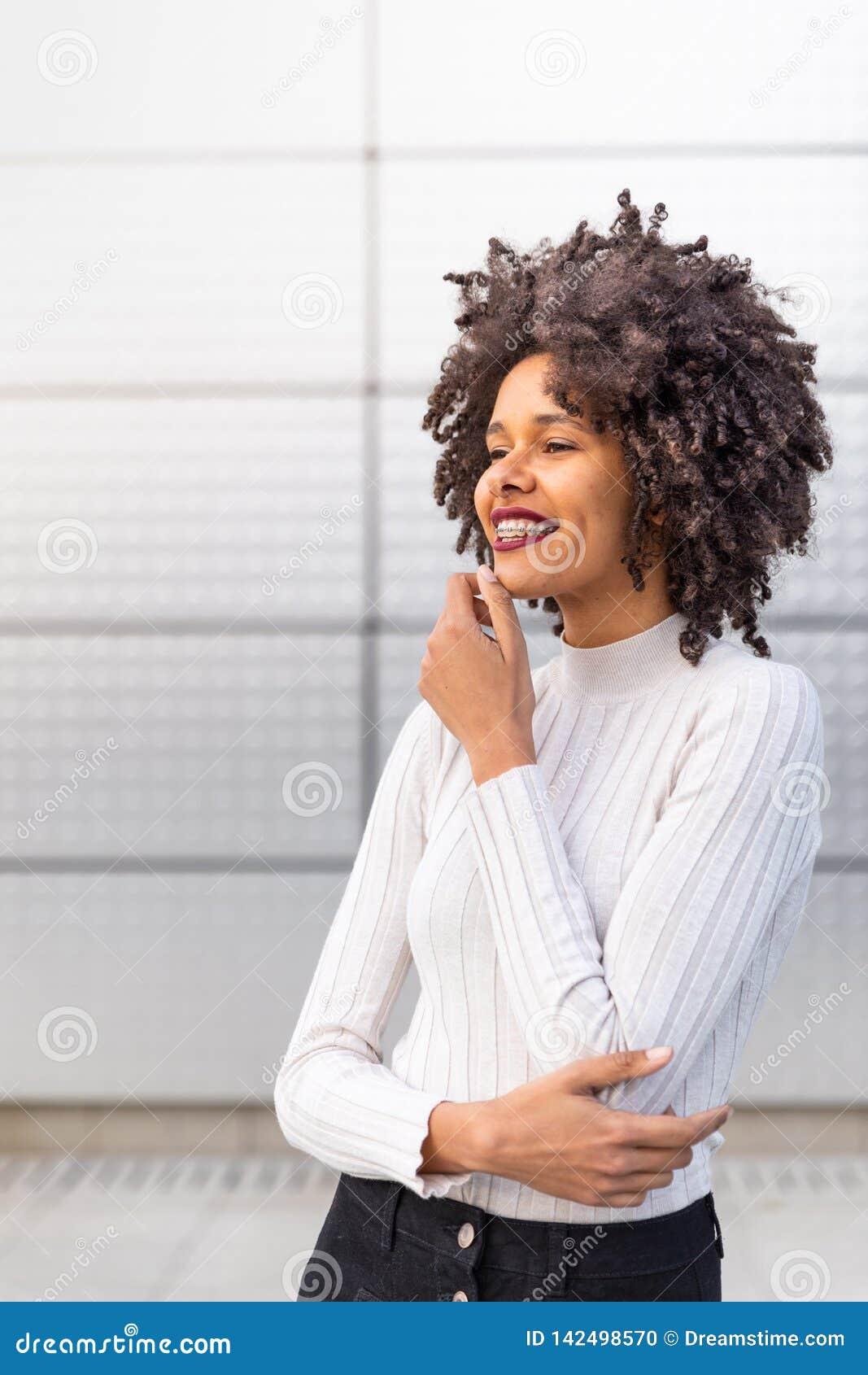 Glimlachend gekleurd meisje met krullend haar