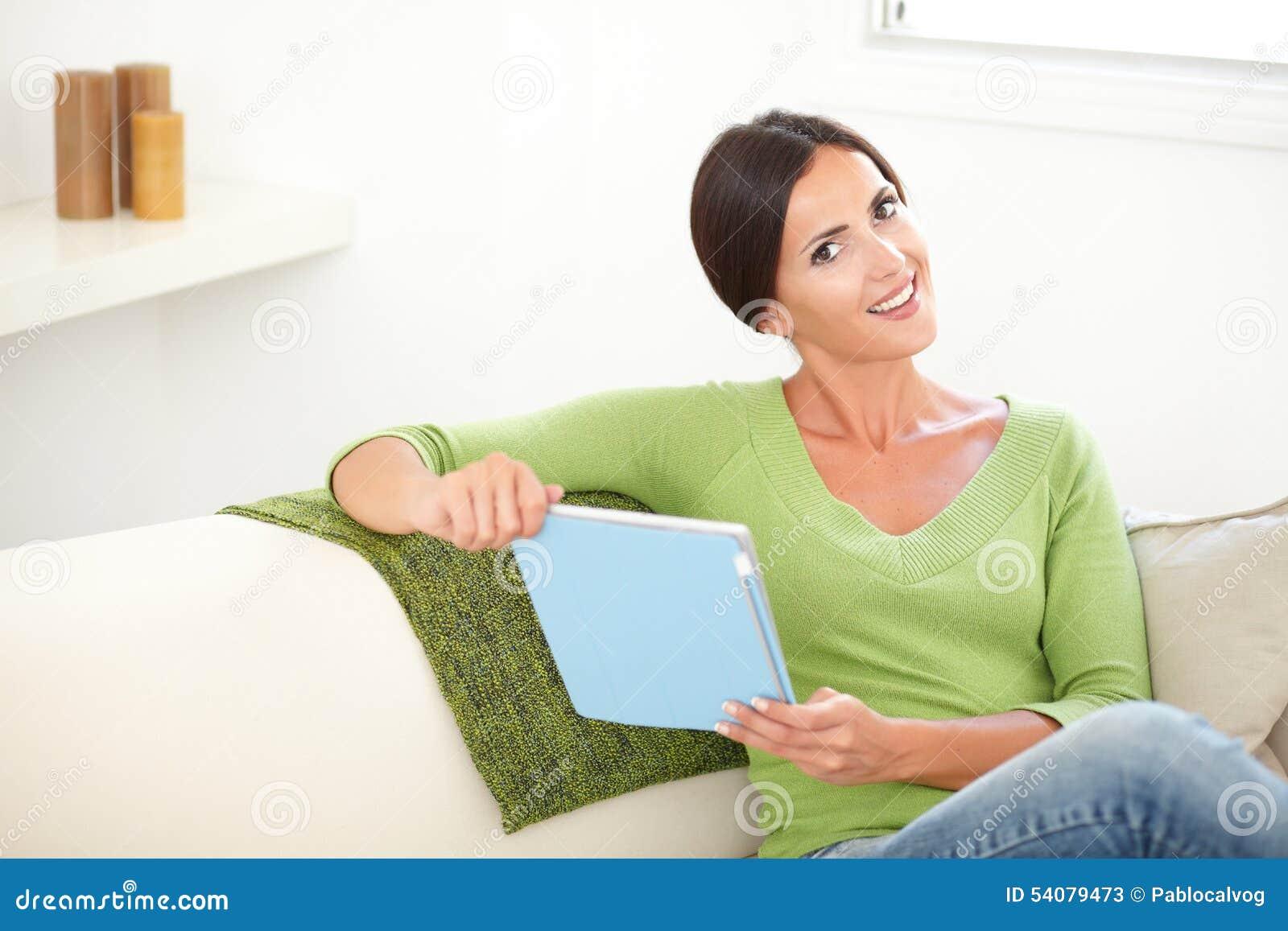Glimlachend jong wijfje die een tablet houden