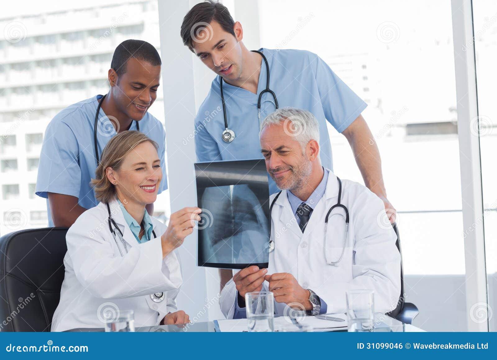 Glimlachend medisch team die radiografie onderzoeken
