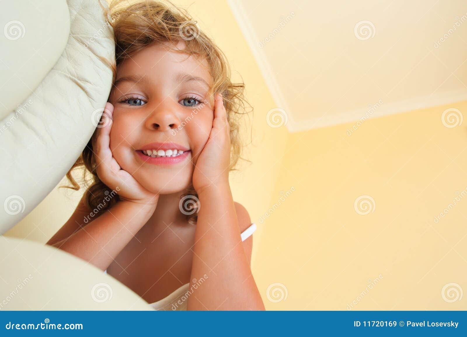 Glimlachend meisje in comfortabele ruimte het verkort tekenen royalty vrije stock afbeeldingen - Ruimte van het meisje parket ...