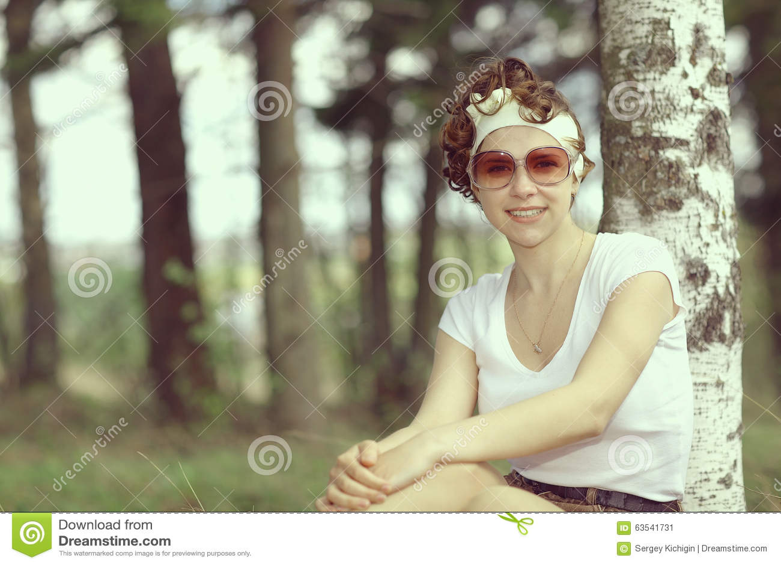 Glimlachend meisje in de lentebos