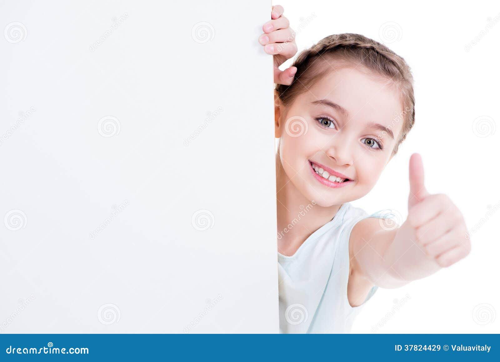 Glimlachend meisje die lege witte banner houden.