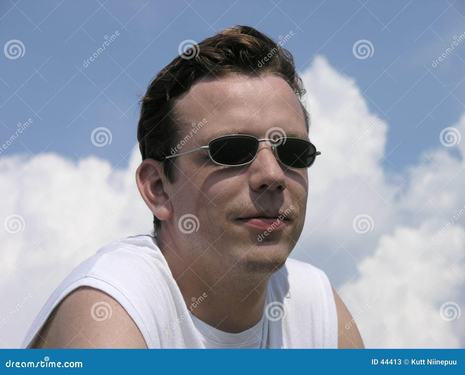 Download Glimlachend, met zonnebril stock afbeelding. Afbeelding bestaande uit wolken - 44413